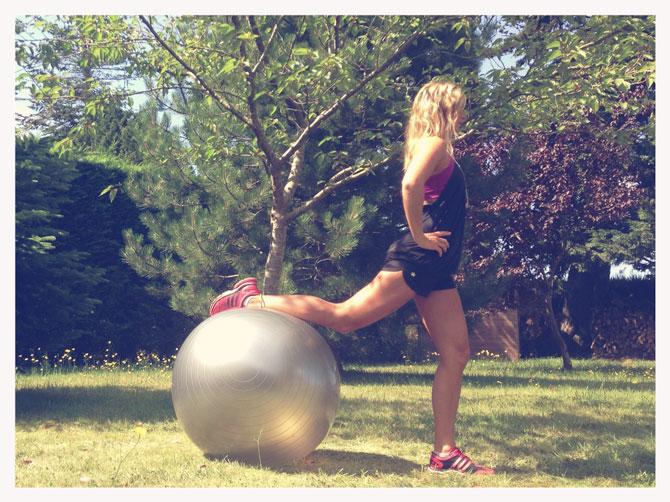 Ball Squat One Leg