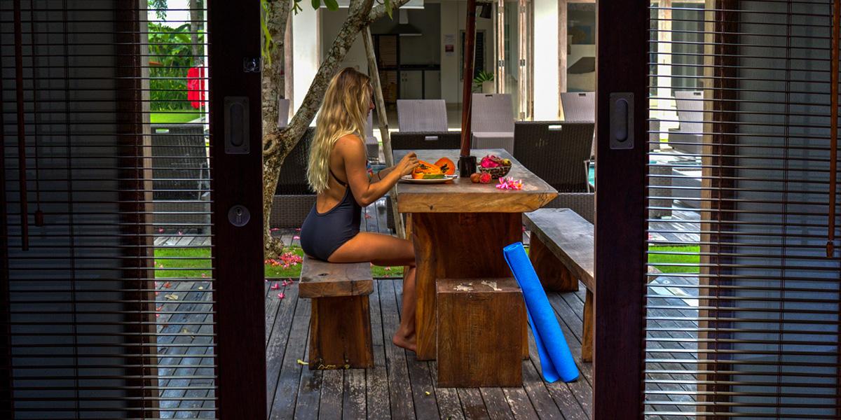 surfgirl_breakfast_hive