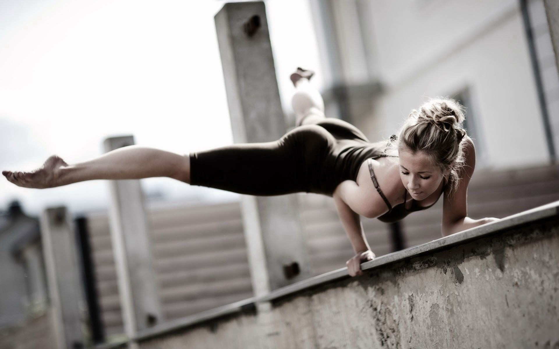_Sporty_girl_at_a_construction_site_054516_